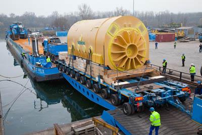 перевозка электрогенератора по реке Дунай