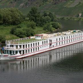 пассажирский речной лайнер