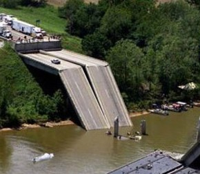В Болгарии обрушился мост.